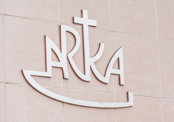 arka o firmie logo na ścianie